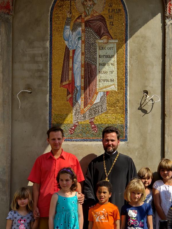Отец Даниил, один из авторов мозаики Николай Кошик, учащиеся воскресной школы.